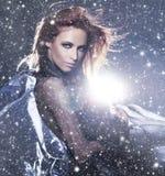 一名红头发人妇女的纵向一个多雪的背景的 免版税库存图片