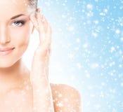 一名美丽和健康妇女的特写镜头画象雪的 库存照片