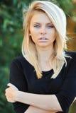 一名美丽的卓著的白肤金发的妇女的面孔-特写镜头 免版税图库摄影