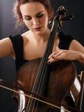 一名美丽的大提琴手的特写镜头 库存照片