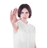 一名美丽的妇女在白色背景做中止姿态用她的手,被隔绝 一只年轻恼怒的妇女陈列中止手 免版税图库摄影