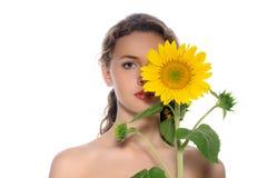 一名美丽的妇女的明亮的画象有完善的干净的皮肤的 免版税库存照片