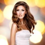 一名美丽的妇女的照片有长的棕色头发的 免版税库存照片