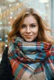 一名美丽的妇女的特写镜头画象一条时髦的减速火箭的围巾的 库存图片