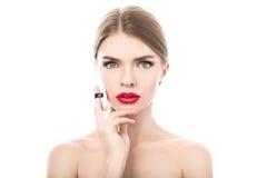 一名美丽的妇女的特写镜头画象有应用海绵的秀丽面孔和干净的皮肤的 免版税库存图片