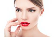 一名美丽的妇女的特写镜头画象有秀丽面孔和干净的面孔皮肤的 免版税库存图片