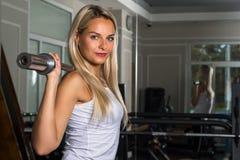 一名美丽的妇女的画象健身房的 库存图片