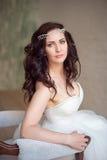一名美丽的妇女的画象有构成和典雅的发型的在背景 免版税库存照片