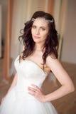 一名美丽的妇女的画象有构成和典雅的发型的在背景 库存照片