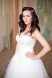 一名美丽的妇女的画象有构成和典雅的发型的在背景 库存图片