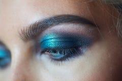 一名美丽的妇女的眼睛与晚上化妆 免版税库存照片