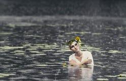 一名美丽的妇女的神奇图象在森林 狂放的自然背景的孤独的神奇女孩  寻找她自己的妇女 库存图片