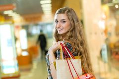 一名美丽的妇女的纵向在购物中心 库存图片