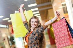 一名美丽的妇女的纵向在购物中心 库存照片