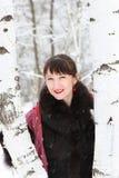一名美丽的妇女的纵向大约二桦树 库存照片