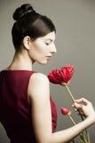 一名美丽的妇女的纵向有花的 免版税库存照片