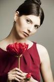 一名美丽的妇女的纵向有花的 库存图片