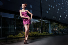 一名美丽的妇女的艺术照片在大厦前面的 免版税库存图片