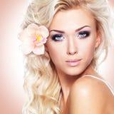 一名美丽的妇女的面孔有白花的在头发 库存照片