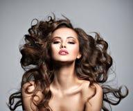 一名美丽的妇女的面孔有长的飞行头发的 免版税库存照片