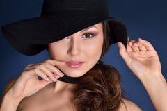 一名美丽的妇女的头黑帽会议的 图库摄影
