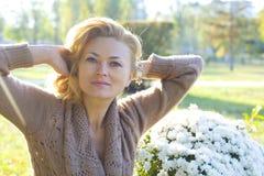 一名美丽的妇女的水平的画象户外35年 免版税库存图片