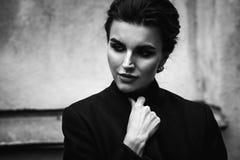 一名美丽的妇女的黑白画象 室外街道酸碱度 库存图片