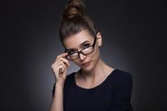 一名美丽的妇女的画象企业样式的 在灰色bac 库存照片