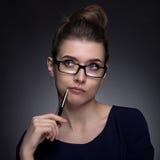 一名美丽的妇女的画象企业样式的 在灰色bac 图库摄影