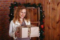 一名美丽的妇女的画象内部的与圣诞节12月 免版税库存图片