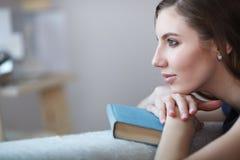一名美丽的妇女的画象在家 免版税库存图片