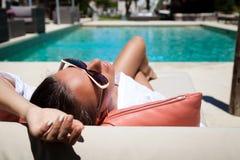 一名美丽的妇女的画象在度假在豪华旅游胜地 免版税库存照片