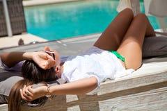 一名美丽的妇女的画象在度假在豪华旅游胜地 免版税库存图片