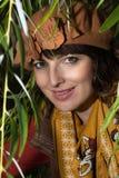 一名美丽的妇女的画象在树枝下的 免版税图库摄影