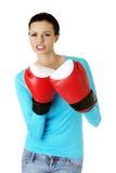 一名美丽的妇女的画象拳击手套的 免版税库存照片