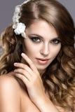 一名美丽的妇女的画象新娘的图象的有花的在她的头发 秀丽表面 免版税图库摄影