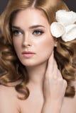 一名美丽的妇女的画象新娘的图象的有花的在她的头发 秀丽表面 库存图片