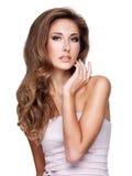 一名美丽的妇女的画象有华美的长的头发和构成的 免版税库存图片