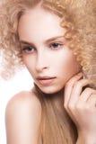 一名美丽的妇女的画象有卷曲金发碧眼的女人的 免版税库存照片