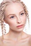 一名美丽的妇女的画象有卷曲金发碧眼的女人的 免版税库存图片