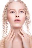 一名美丽的妇女的画象有卷曲金发碧眼的女人的 库存图片