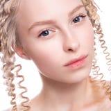 一名美丽的妇女的画象有卷曲金发碧眼的女人的 图库摄影