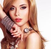 一名美丽的妇女的画象有时尚构成的 库存照片