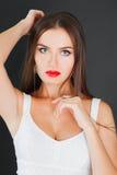 一名美丽的妇女的画象有红色嘴唇的 免版税库存照片