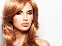 一名美丽的妇女的画象有长期平直的红色头发的 免版税库存照片