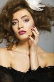 一名美丽的妇女的画象有长的棕色头发和构成的 免版税库存照片