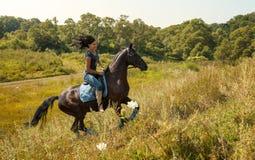 一名美丽的妇女的画象有马的 免版税库存图片