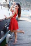 一名美丽的妇女的画象海和游艇的背景的 免版税库存图片