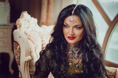 一名美丽的妇女的画象用印地安繁体中文的穿戴,当她的手绘与无刺指甲花mehendi 免版税库存照片