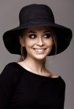 一名美丽的妇女的画象黑帽会议的 被隔绝的画象 免版税库存照片